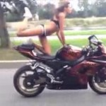 Acrobatii in bikini pe motor (video)
